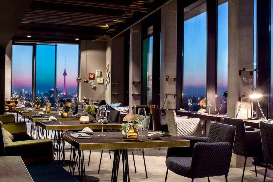 Skykitchen, Landsberger Allee 106 (im Andel's Hotel), Tel. 030/45 30 53 26 20, www.skykitchen.berlin