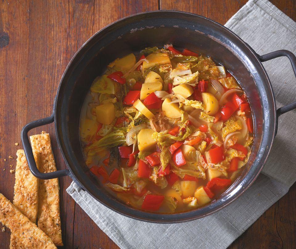 Wirsing-Paprika-Eintopf – mit Kartoffeln wird er zum Sattmacher