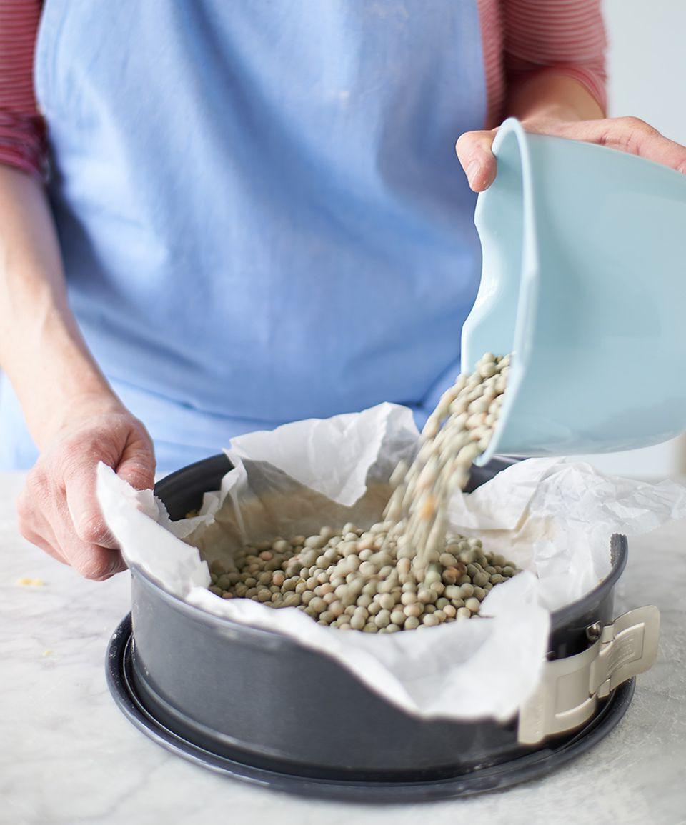 Hülsenfrüchte zum Blindbacken in Sprinform füllen