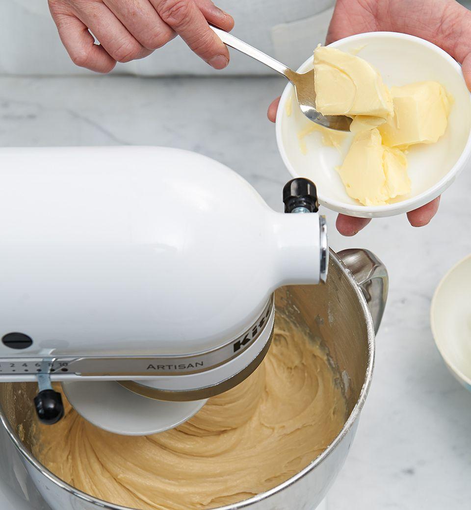 Den Teig für den Bienenstich in der Küchenmaschine anrühren