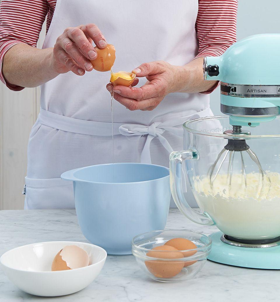 Für den Teig die Eier trennen