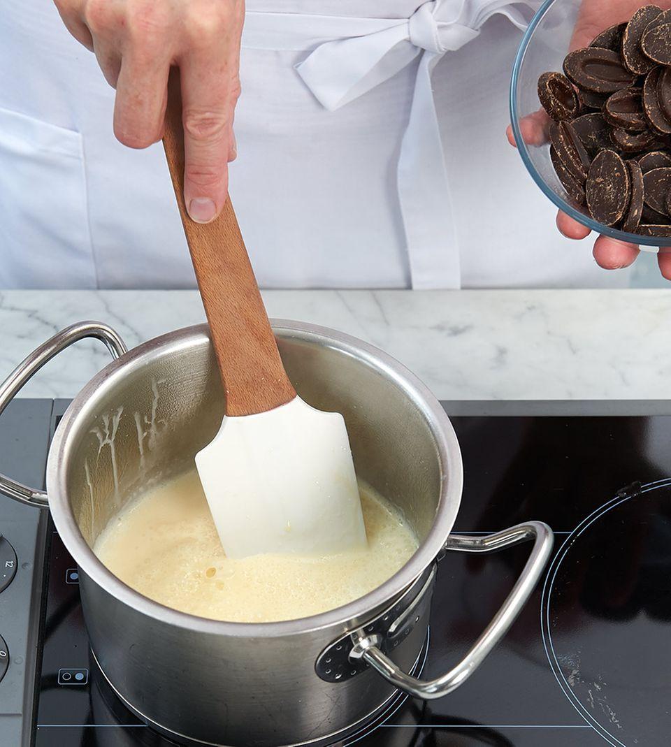 Glasur aus Honig, Schlagsahne und Kuvertüre zubereiten