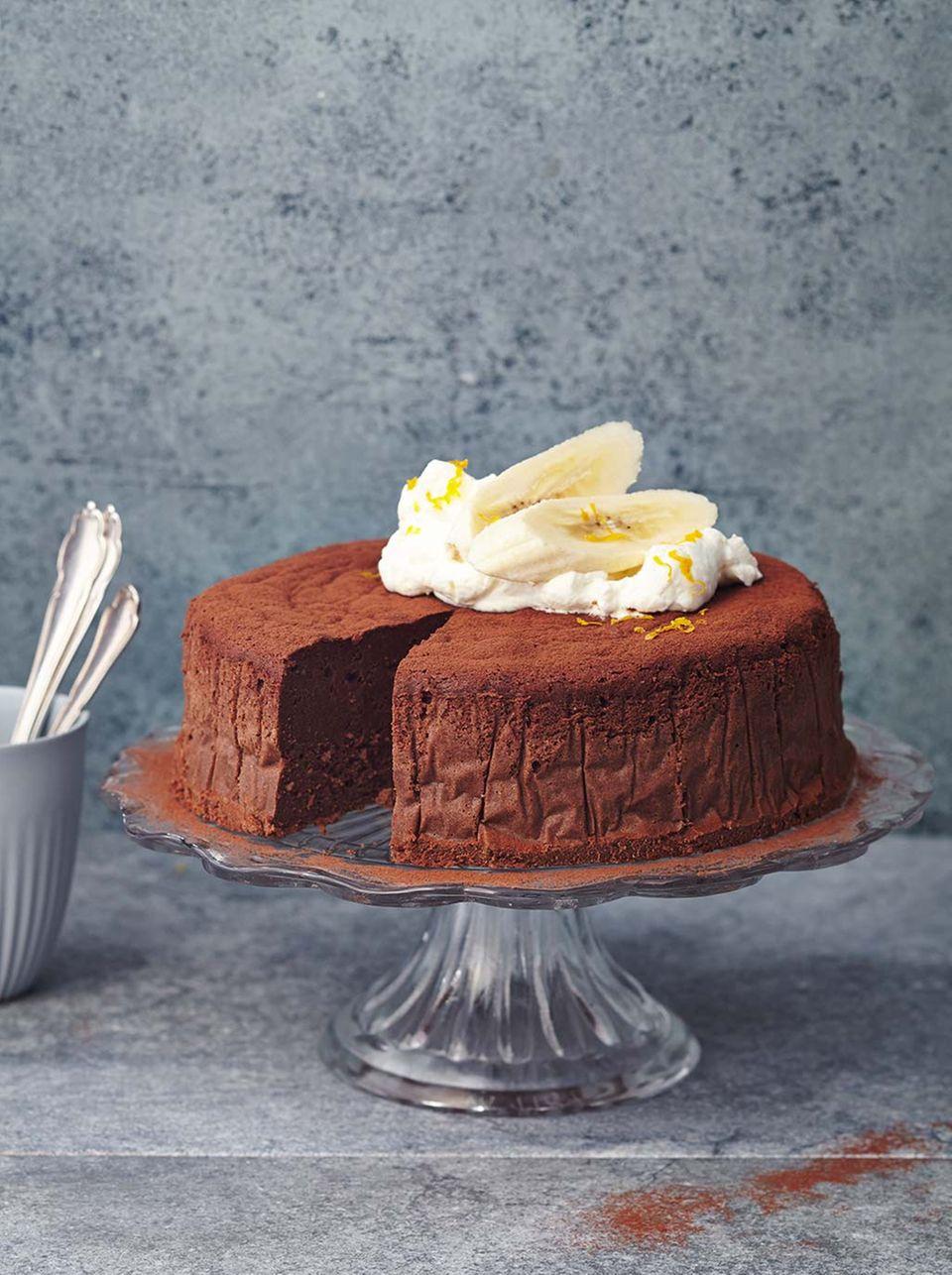 Kommt ohne Zucker aus: der Bananen-Schoko-Mousse-Kuchen wird ausschließlich mit Datteln und Bananen gesüßt