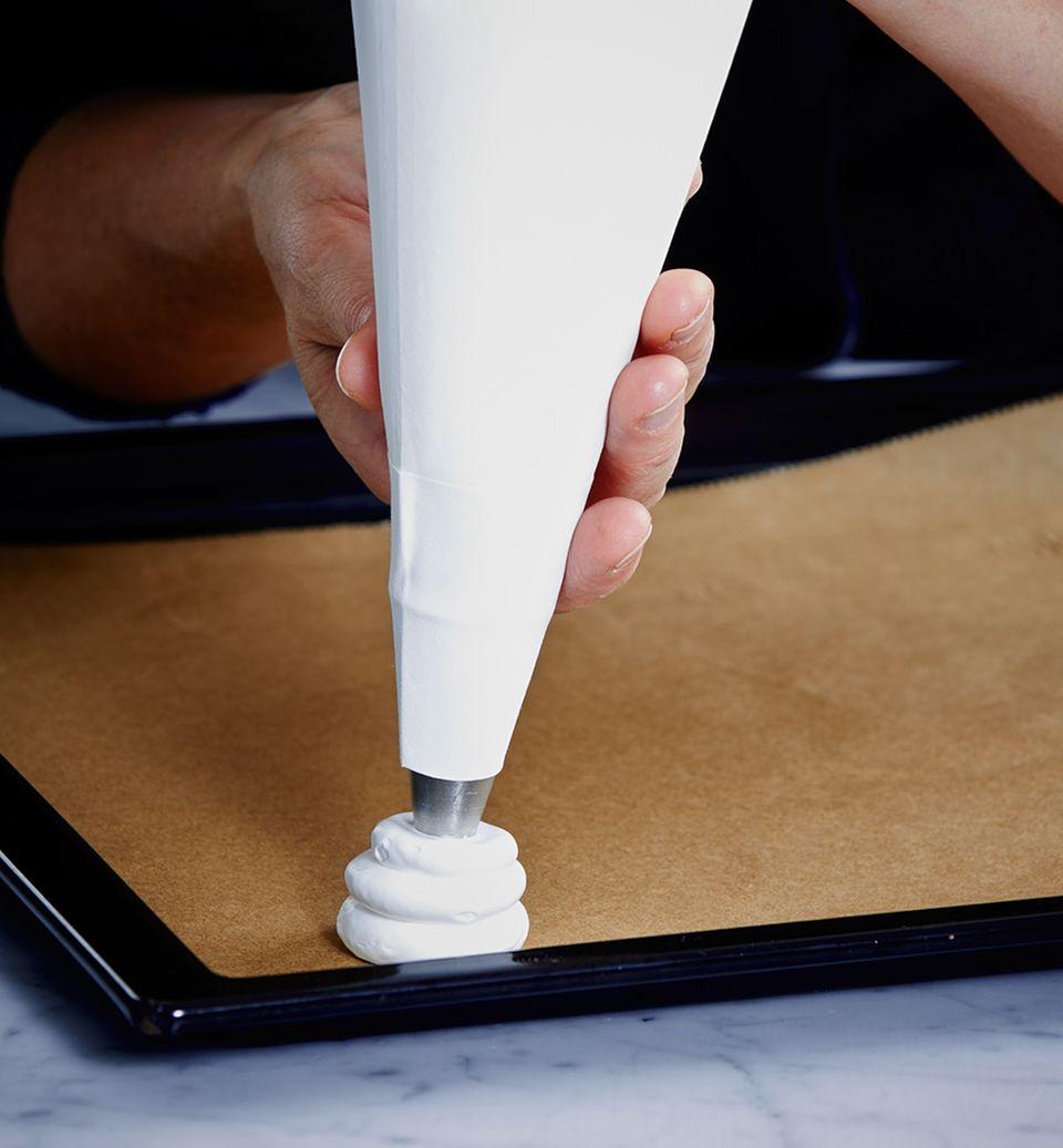 Für die Tannen: Eimasse mit kleinen Bewegungen mit Spritztülle auf das Backblech spritzen