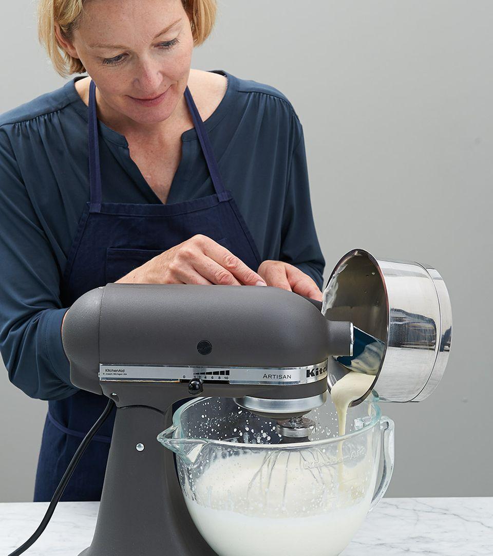 Gelatine-Sahne-Mix in Küchenmaschine aufschlagen