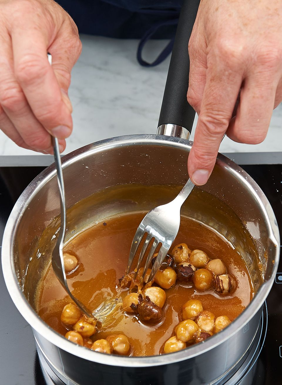 Haselnüsse im Kochtopf karamelliesieren