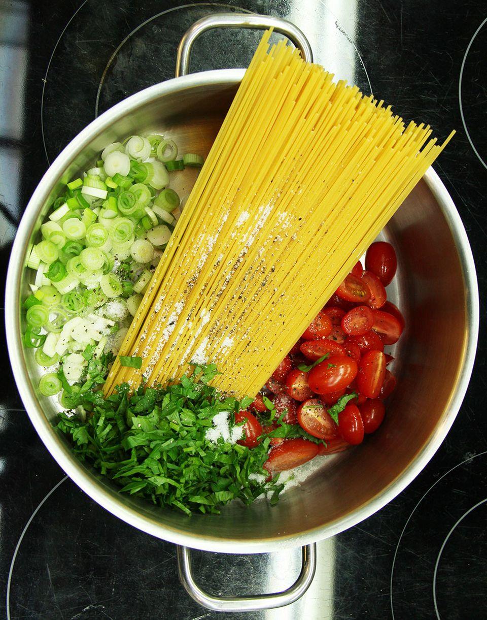 Schnell, einfach, genial: Nudeln, Frühlingszwiebeln, Petersilie und Tomaten in einem Topf - fehlt nur noch Wasser!