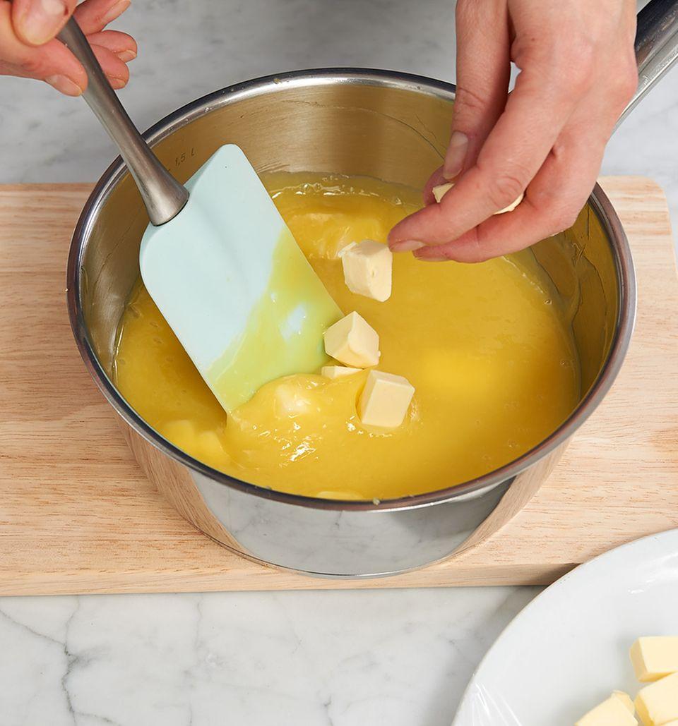 Butterwürfel zu fester Eimischung geben