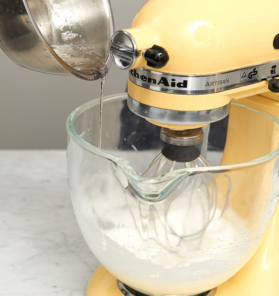 Zuckersirup in den Eischnee rühren