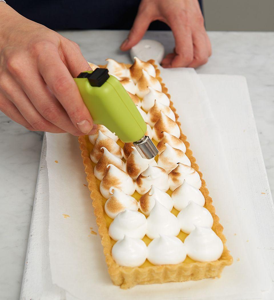 Baisertupfen mit Crème-brûlée-Brenner abflämmen