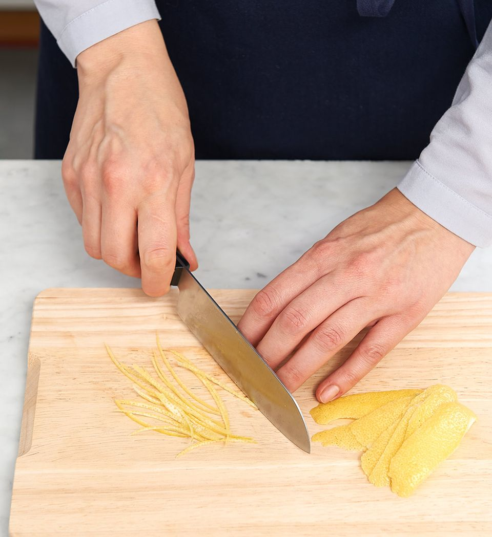 Zitronenschale mit Messer fein schneiden