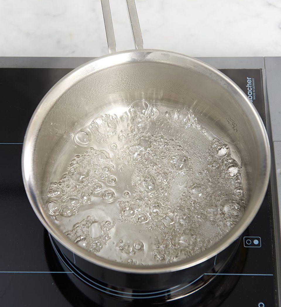 Zuckerwasser im Topf aufkochen