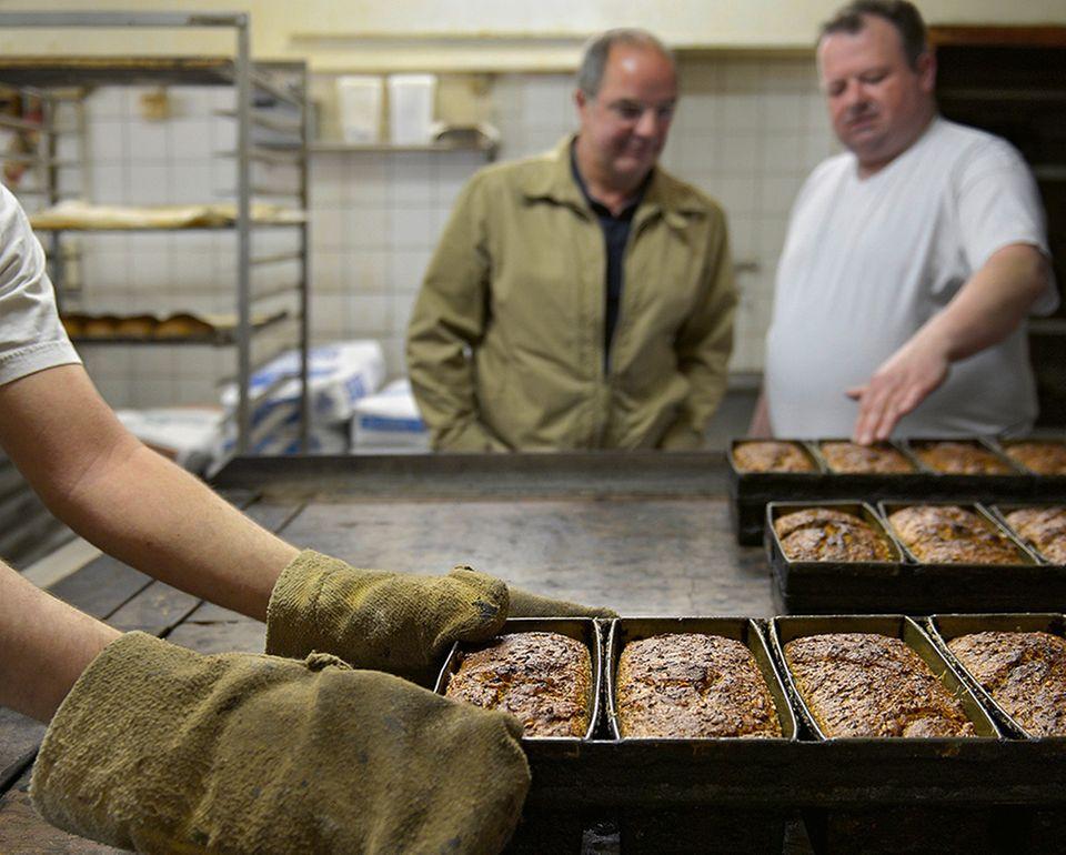 Frisch aus dem Ofen: Echter Pumpernickel aus der Familienbäckerei Holtermann