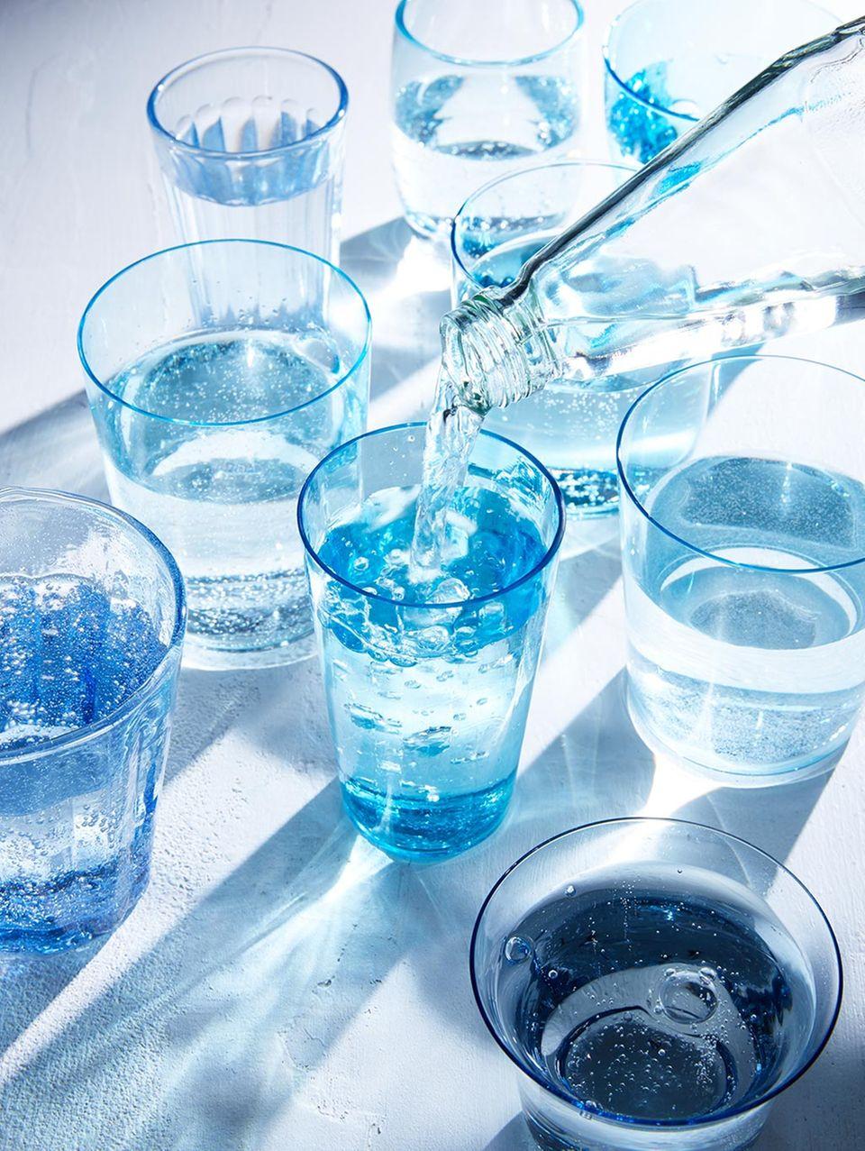 Gläser gefüllt mit frischem Wasser