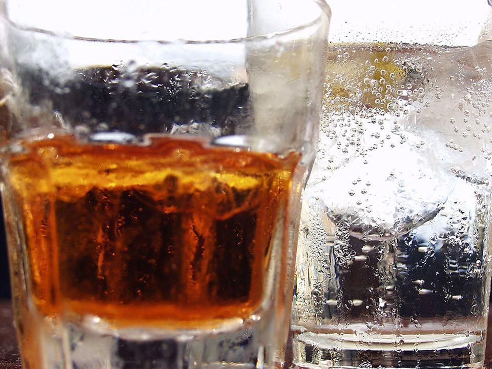 Wasser und Whisky in Gläsern