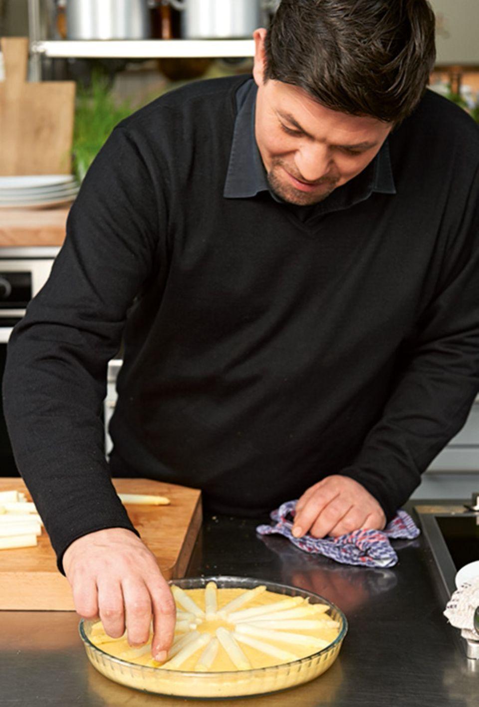 Tim Mälzer bereitet eine Spargel-Polenta-Tarte zu
