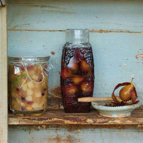 Süß eingelegte Birnen in Gewürzrotwein