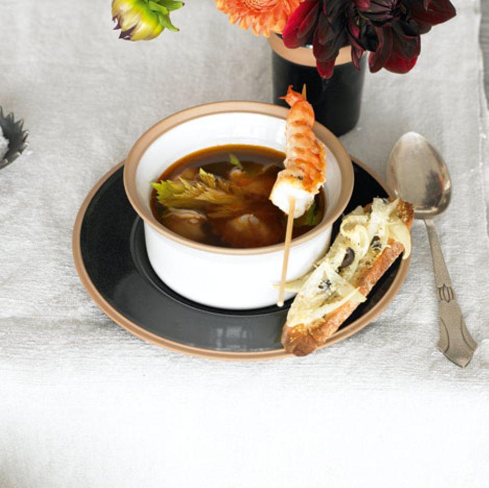Riesengarnelensuppe mit Zwiebel-Crostini
