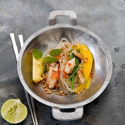 Taschenkrebs-Salat mit Reisnudeln und Erdnuss-Sauce
