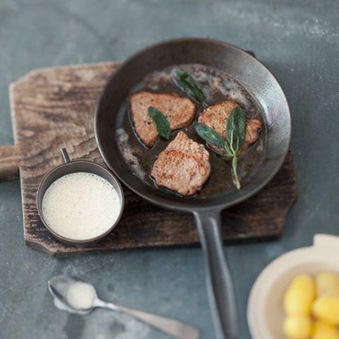 Kalbsschnitzel mit Parmesan-Salbei-Schaum