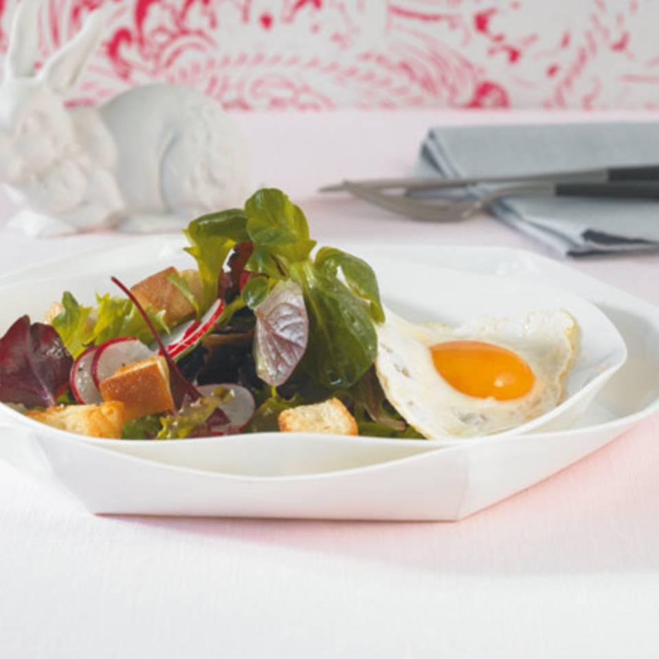 Blattsalat mit Spiegelei Rezept
