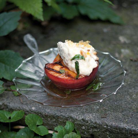 Gegrillte Pfirsiche mit Ricotta und Basilikumhonig