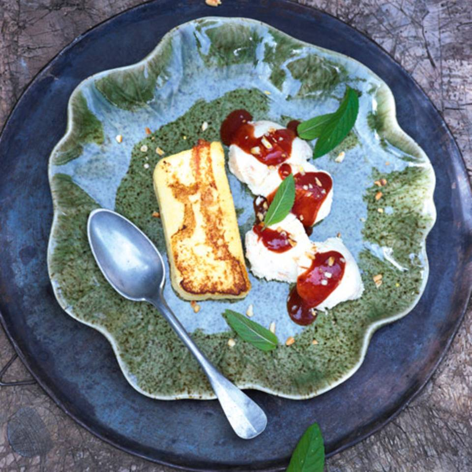 Zwetschgen-Sauerrahn-Parfait mit Vanille-Grießschnitten Rezept
