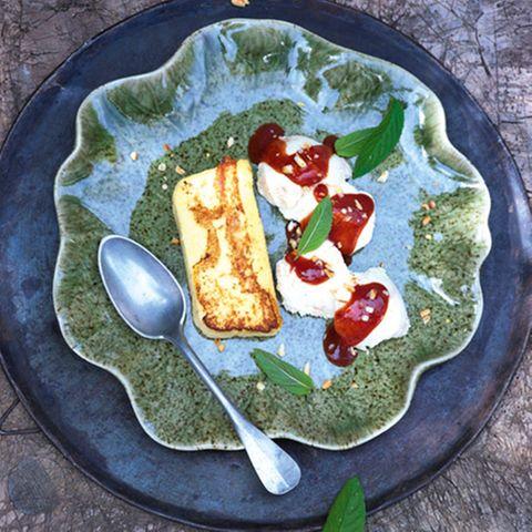 Zwetschgen-Sauerrahn-Parfait mit Vanille-Grießschnitten