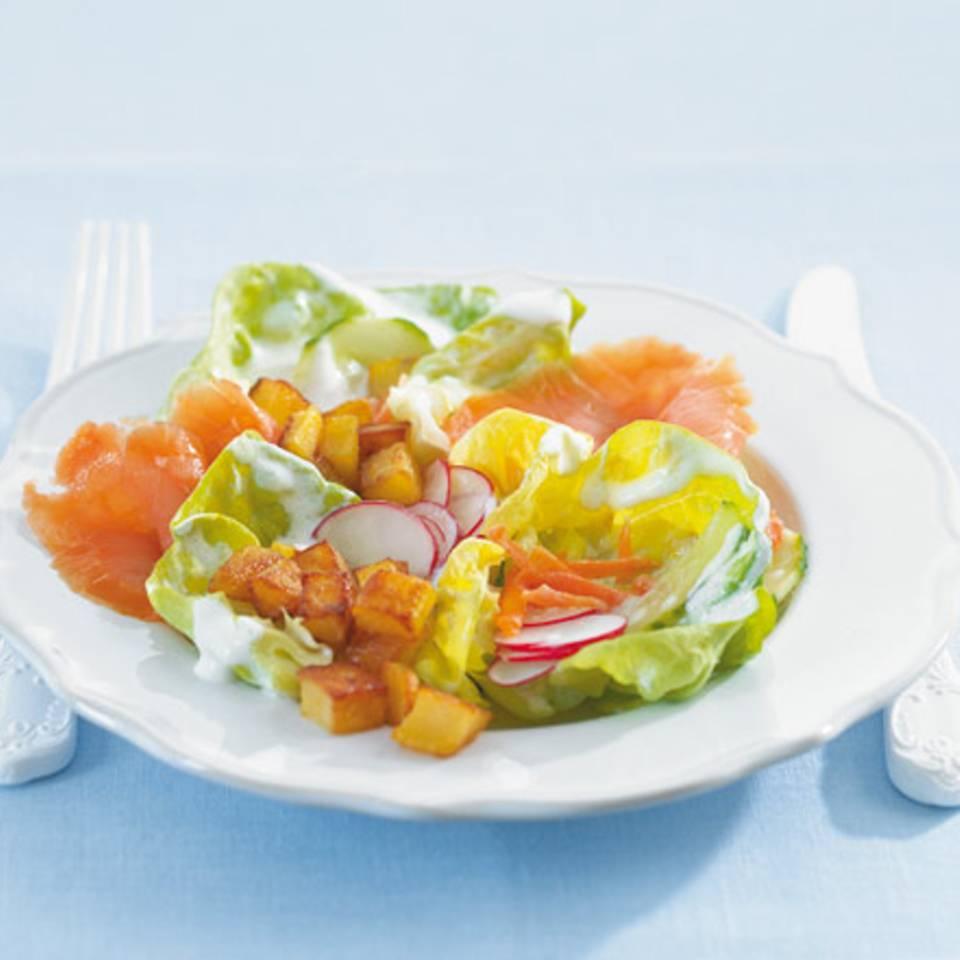 Kopfsalat mit Kartoffeln und Lachs Rezept