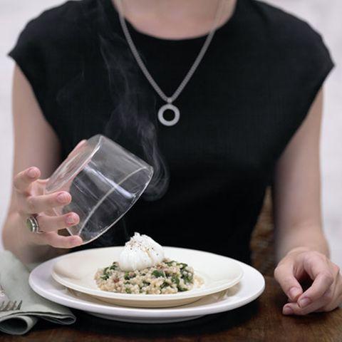 Spinat-Graupen-Risotto mit pochiertem Ei aus dem Gewürzrauch