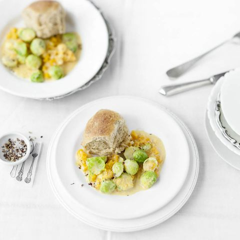 Pikante Rohrnudeln mit Rosenkohl-Kürbis-Gemüse