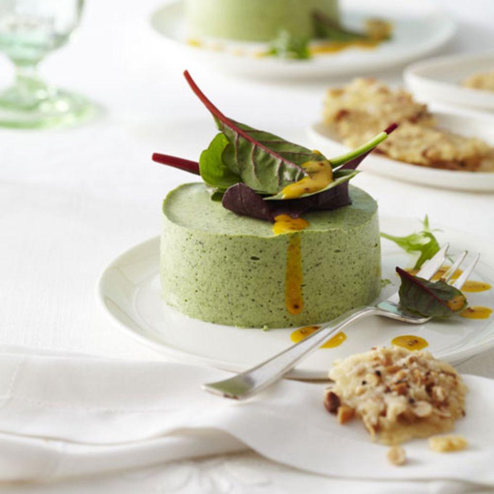 Brunnenkresse-Mousse mit Salat und Käsewaffeln