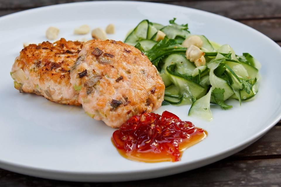 Fischfrikadelle mit süß-scharfer Chilisauce und Gurkensalat Rezept