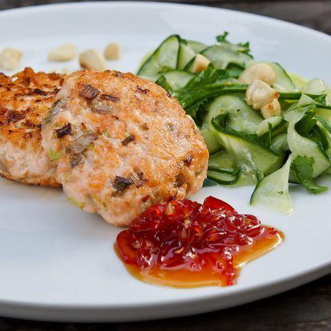 Fischfrikadelle mit süß-scharfer Chilisauce und Gurkensalat