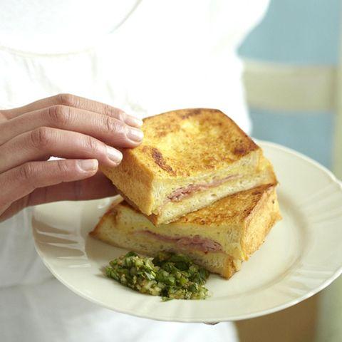French Toast mit Gewürzgurken-Dip