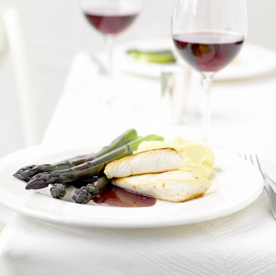 Violetter Spargel mit Beurre rouge