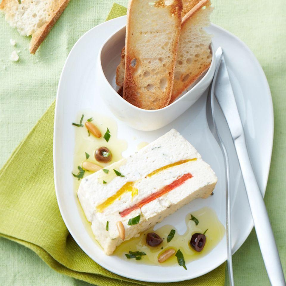 Ricotta-Paprika-Terrine mit Oliven-Vinaigrette
