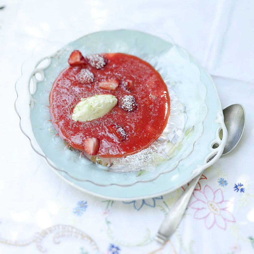 Erdbeerkaltschale mit Limetten-Quarknocken