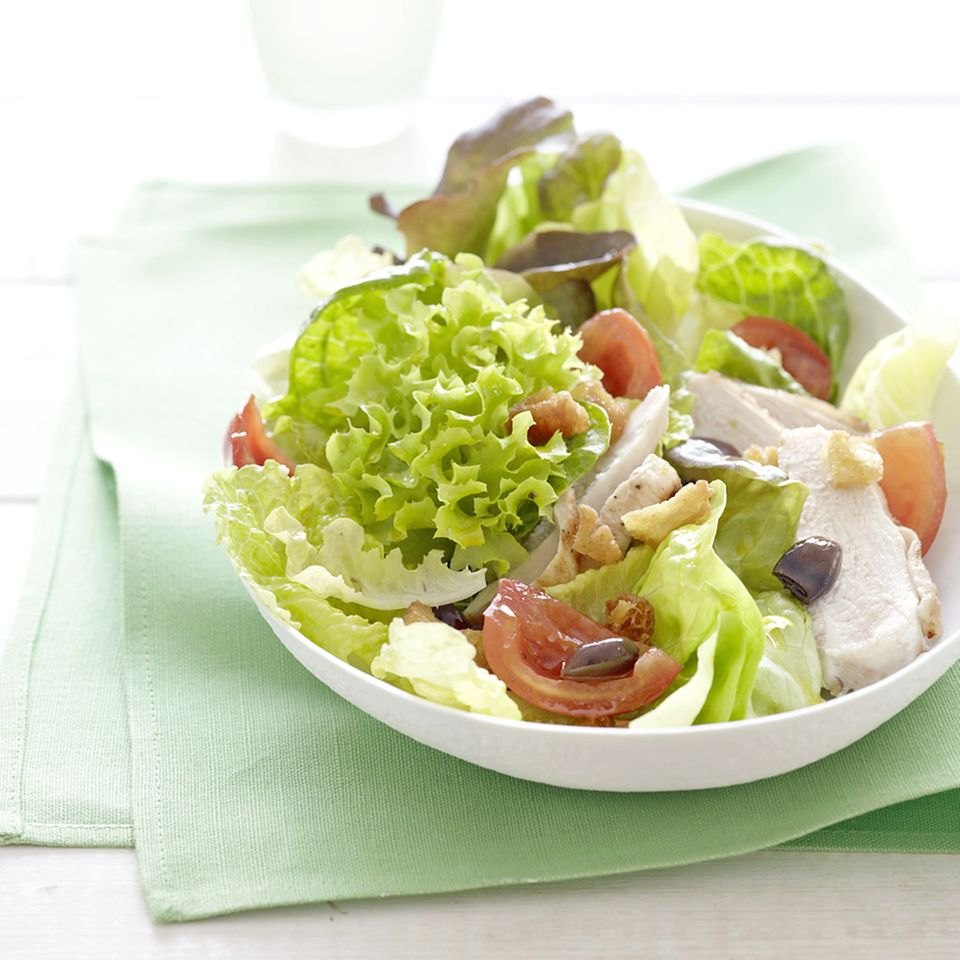 Blattsalate mit Hähnchen und Tomaten