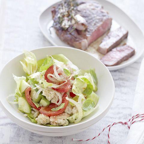 Toskanischer Brotsalat mit Kopfsalat und Schmortomaten