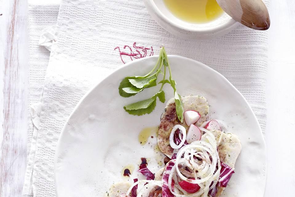 Semmelknödel-Salat mit Liebstöckel und Radieschen Rezept