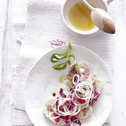 Semmelknödel-Salat mit Liebstöckel und Radieschen