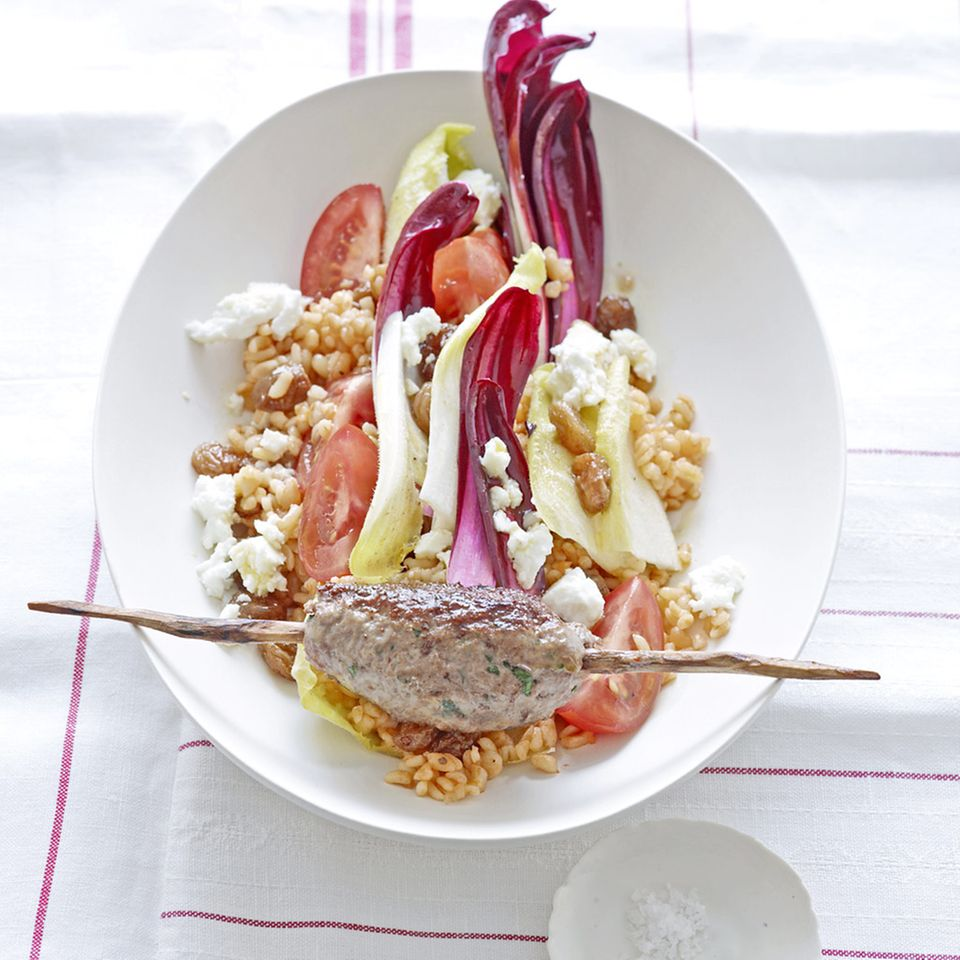 Bulgur-Salat mit Rinderhackspieß