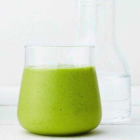 Smoothie mit Avocado und Salat