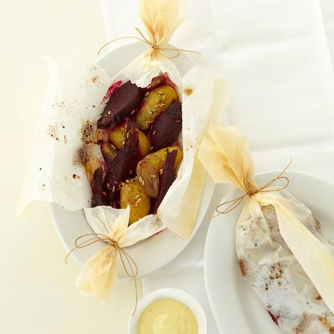 Rote-Bete-Kartoffel-Päckchen mit Tofu-Aioli