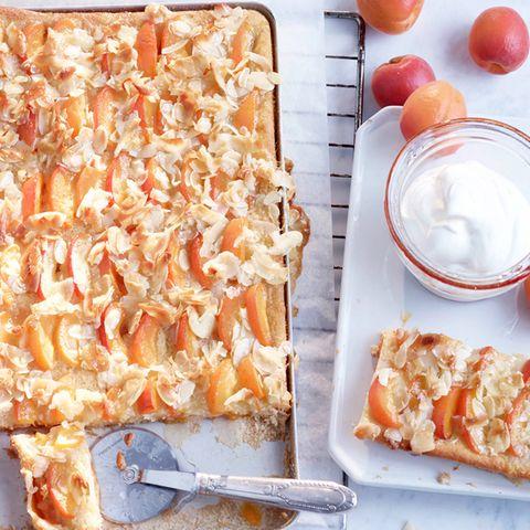 Aprikosenkuchen mit Kokos-Bienenstich-Guss