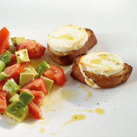 Ziegenkäse-Crostini mit Avocadosalat