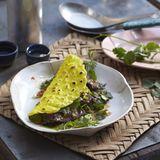 Kokos-Crêpes mit Kräutersalat und Rindfleischstreifen
