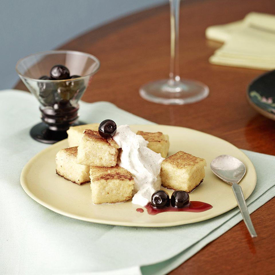 Gebratene Polenta-Schnitte mit Amarena-Kirschen