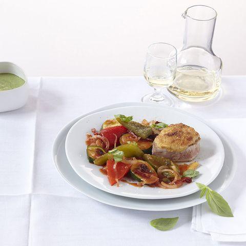 Überbackene Schweinemedaillons auf Gemüse